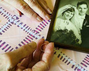 Falscher Stadtwerker stiehlt Ehering von blinder Seniorin: Goldschmied in Rente fertigt Dublikat an