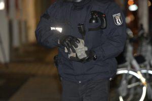 Angriff aus dem Hinterhalt: Besetztes Polizeifahrzeug mit Pflastersteinen beworfen