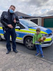 Nach Kellerbrand: Polizisten überraschen vierjährigen Polizeifan zum Geburtstag