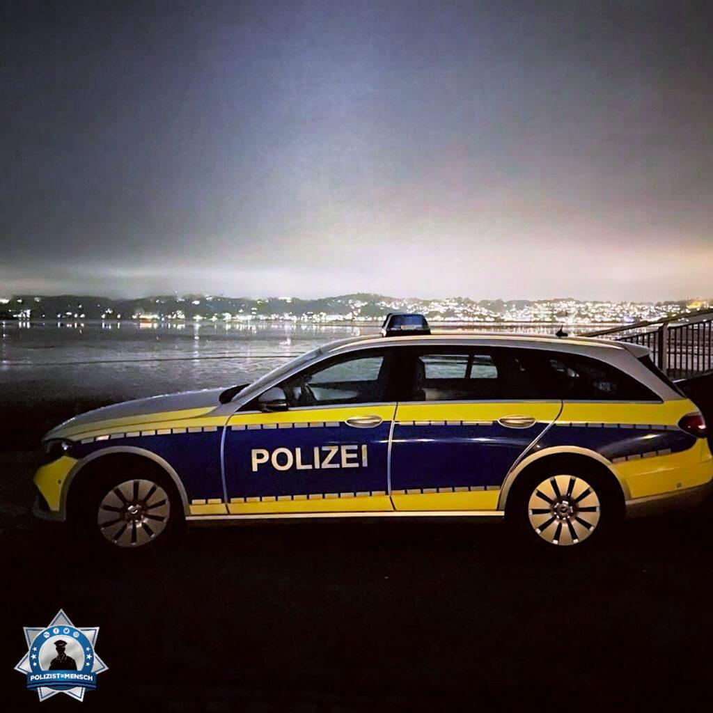 """""""Grüße vom PK47 in Hamburg, hier am Estesperrwerk mit Blick über die Elbe auf das hell erleuchtete Blankenese. Mirja, Max und Tobi"""""""