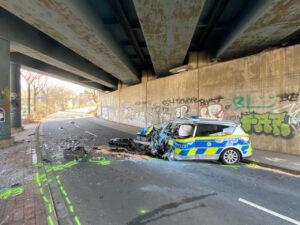 Ungeklärte Unfallursache: Streifenwagen prallt gegen Pfeiler einer Brücke, zwei Polizisten schwer verletzt