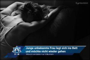 Wovon andere nur träumen: Junge unbekannte Frau legt sich ins Bett und möchte nicht wieder gehen