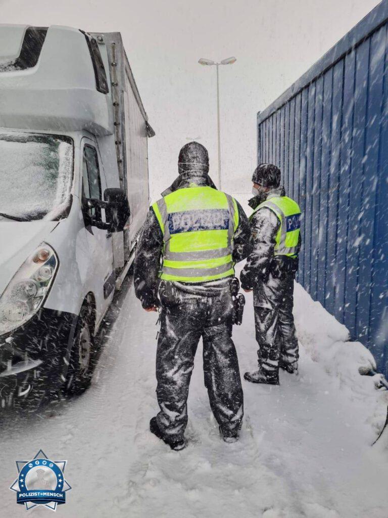 """""""Grenzkontrolle an der tschechischen Grenze wegen Corona-Einreisevorraussetzungen. Bleibt gesund! Niklas und Sinan von der Bundespolizei"""""""