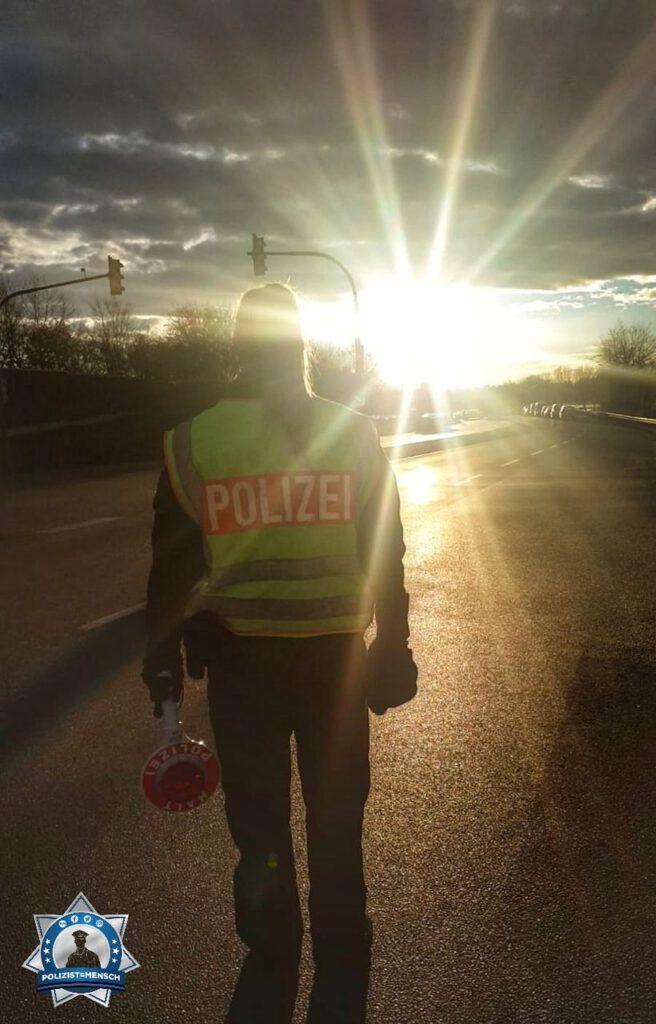 """""""Liebe Grüße aus dem Polizeipräsidium München von Marcel und Sara, hier bei der Verkehrsregelung in Oberschleißheim."""""""