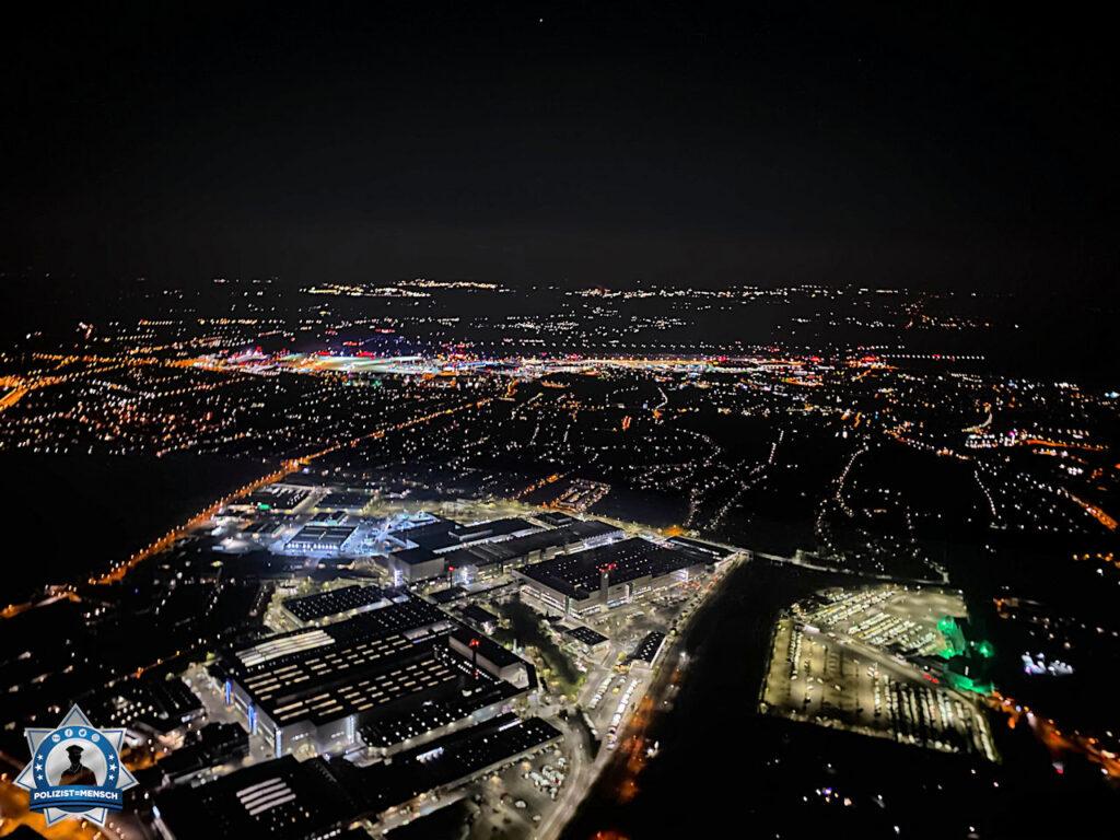 """""""Moin moin, ein Blick aus unserem Bürofenster, Düsseldorf bei Nacht mit Blick auf den Flughafen. Grüße von der Polizeihubschrauberstaffel."""""""