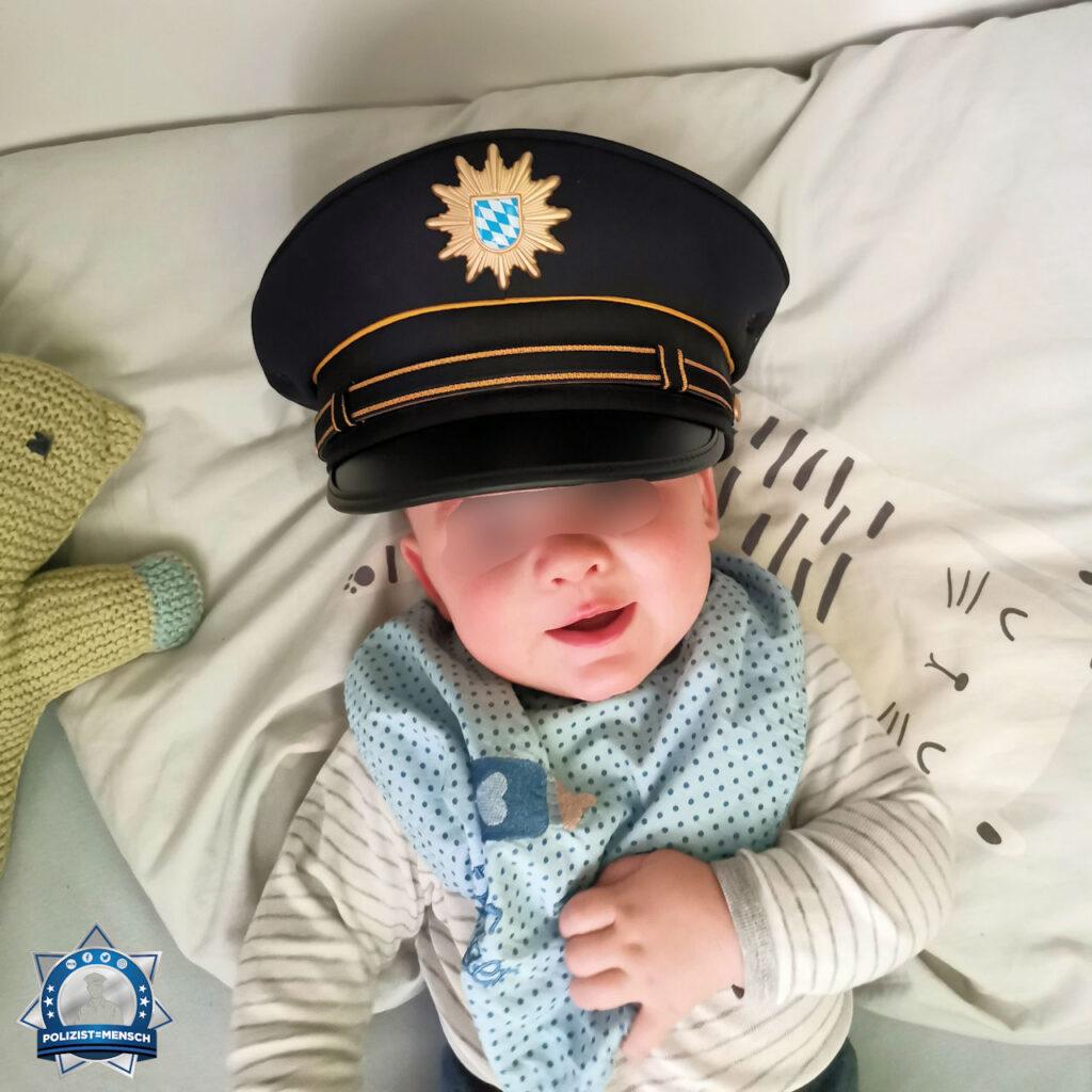 """""""Der Nachwuchs bei der bayrischen Polizei ist gesichert. Mein Sohn probiert schon mal die Uniform an. Marius"""""""