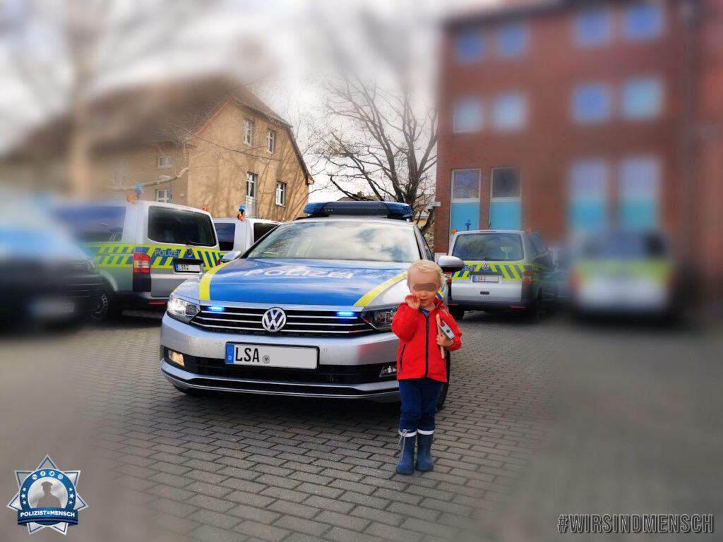"""""""Sonnige Grüße zur langen Samstag-Tagschicht des Polizeireviers Saalekreis sendet der zweieinhalbjährige Emil-Oskar, der schon jetzt ganz genau weiß, dass er auch wie sein Papa Christian mal ein Polizist werden möchte. 👮❤️"""""""