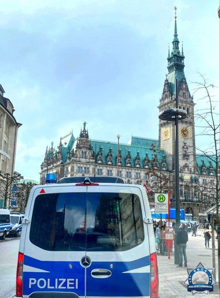 """""""Demo-Einsatz auf dem Rathausmarkt in der schönsten Stadt der Welt. Grüße von der Beweissicherungs- und Festnahmehundertschaft Hamburg, Frosti."""""""