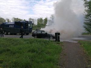 Wasserwerfer hilft Feuerwehr: Polizisten unterstützen bei Löscharbeiten eines Pkw-Brandes