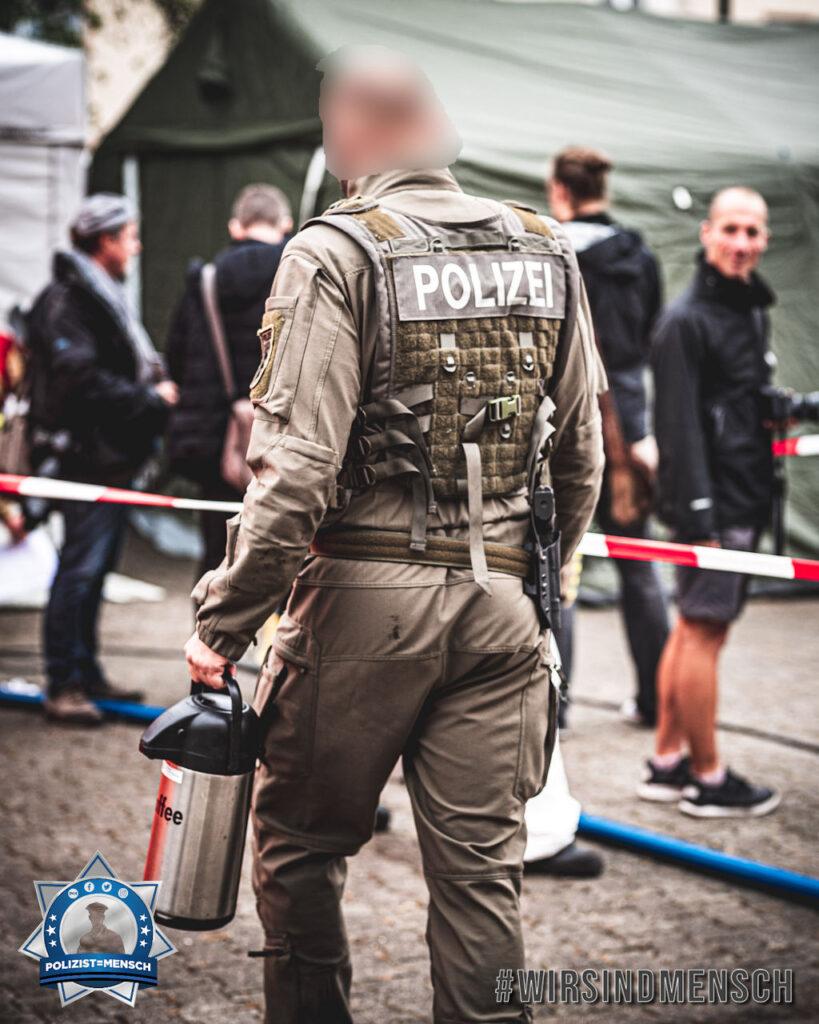 """""""Hier sieht man wie wichtig der Kaffee ist! Der wird sogar vom SEK selbst getragen! Grüße von der Bioterroristischen Anschlagsübung in Mannheim (vor Coronazeit), Marc"""""""