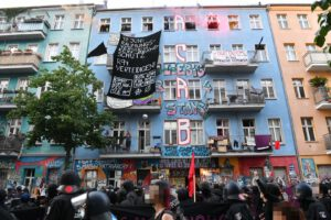 Verschiedene Welten: Beim Einsatz Rigaer Str. 94 wurden 85 Polizisten verletzt - versus - Man kann nicht von linker Gewalt sprechen