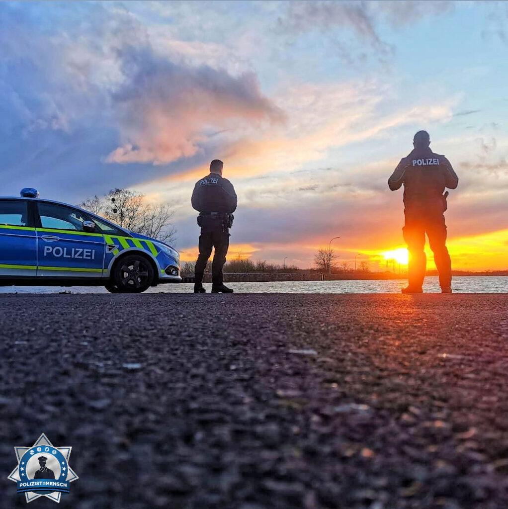 """""""Einen Moment der Ruhe und den Sonnenuntergang genießen. Liebe Grüße an alle, Eure Polizei Magdeburg. Wir sind für euch da! André und Deniz"""""""