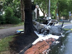 Unfall auf Einsatzfahrt: Passanten retten Polizisten aus brennendem Streifenwagen
