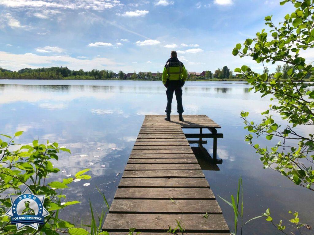 """""""Bei uns ist nicht nur der Bodensee schön. Grüße von der Verkehrspolizei Ravensburg, Patrik und Marco"""""""