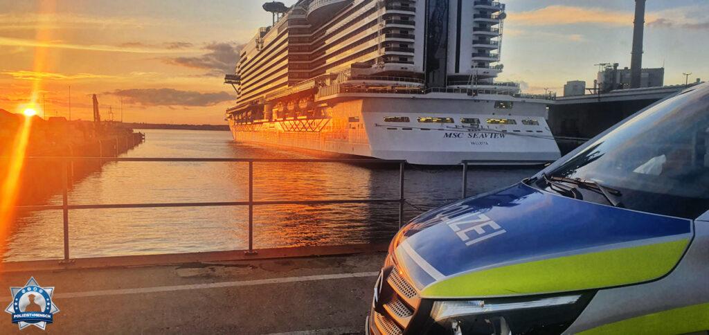 """""""Sonnenuntergang in der Landeshauptstadt Kiel. Wenn der Arbeitsplatz unerwartet zur schönsten Kulisse wird, Grüße von Sebastian & Jessy"""""""