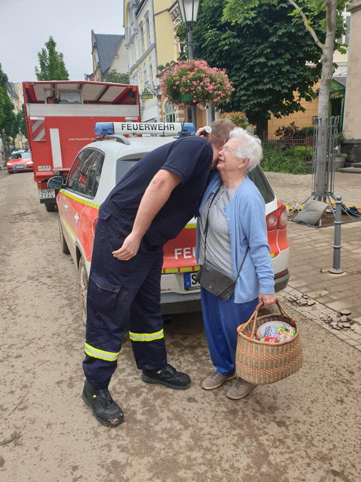 Auch das gehört zur Katastrophenhilfe: Zuhören, gemeinsam weinen oder einfach nur Dankeschön sagen.