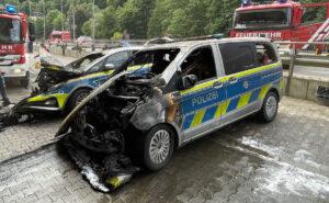 + ZEUGENAUFRUF + Mitten im Katastrophengebiet: Brandanschlag auf zwei Streifenwagen in einer Tiefgarage