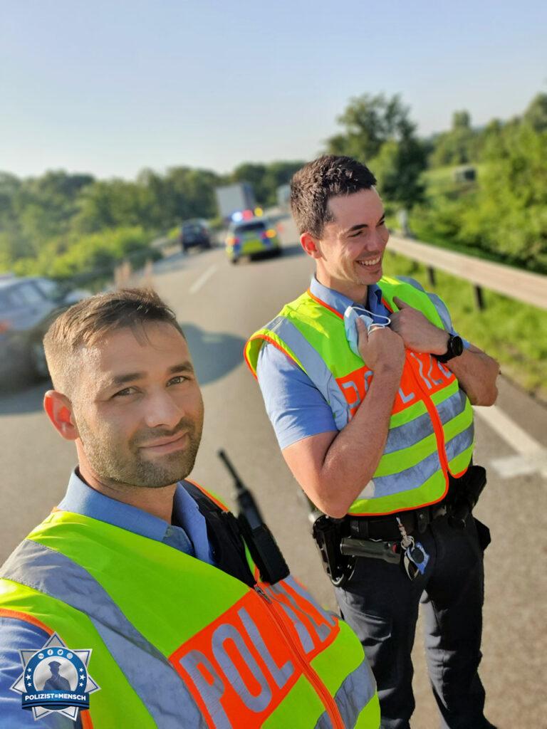 """""""Gefahrenstelle auf der Autobahn. Die Vorwarnung und die Absicherung stehen. Grüße gehen raus an die Blaulichtfamilie von Marc und Patrick"""""""