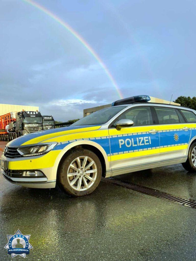 """""""Viele Grüße von der Verkehrspolizeiinspektion Zwickau von Paul, Steini und Thomas. Kurz vor Abfahrt des zu begleitenden Schwerlasttransports ist dieser Schnappschuss entstanden."""""""