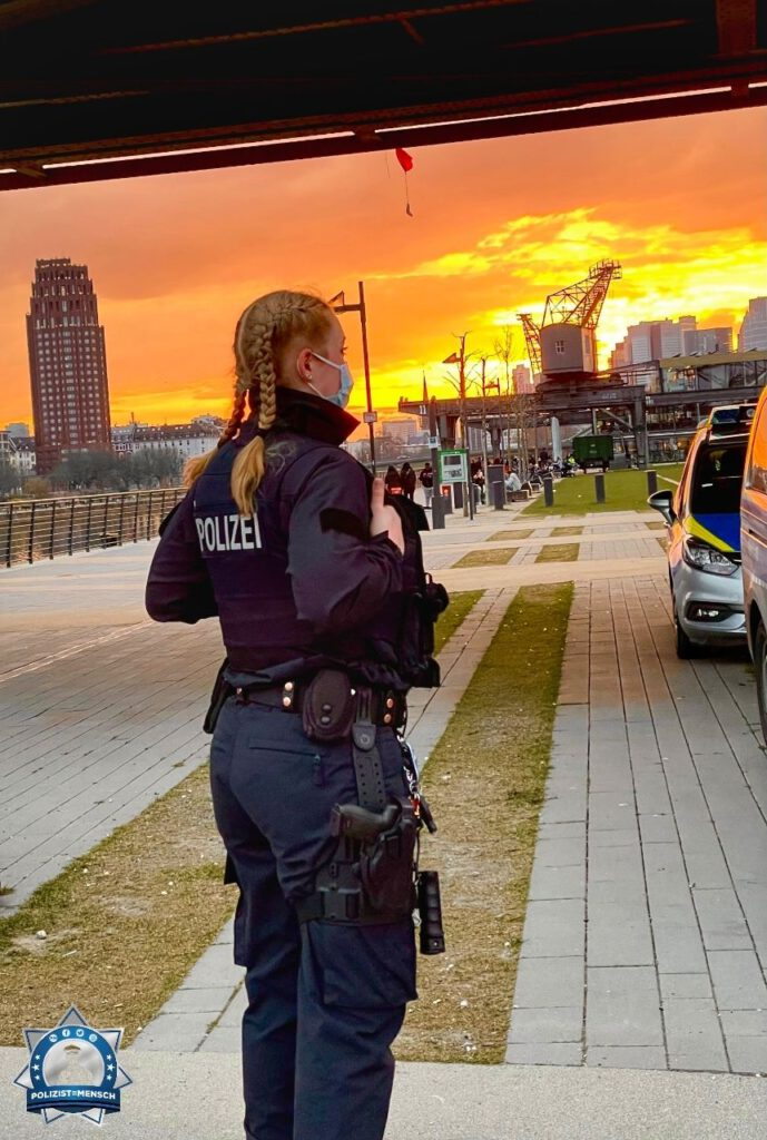 """""""Sonnenuntergang am Hafenpark-Frankfurt am Main hat so viele tolle Kulissen zu bieten, aus diesen Grund liebe ich diese Stadt. Grüße von Tina."""""""
